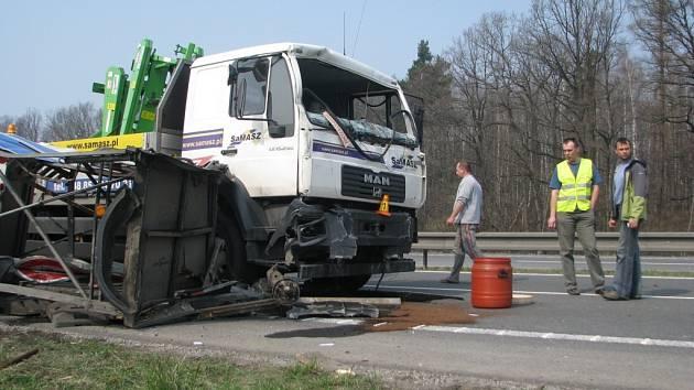 Mezi Frýdkem-Místkem a Dobrou na silnici I. třídy R/48 se v pondělí 6. dubna před 13. hodinou staly na jednom místě dvě vážné dopravní nehody.