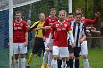 Fotbalisté Lučiny (v červeném) dokázali zvítězit i na hřišti v Horní Suché.