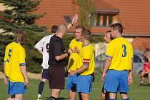 Fotbalisté Lučiny zdolali díky brance Mikulce vedoucí celek okresního přeboru z Kozlovic 1:0.