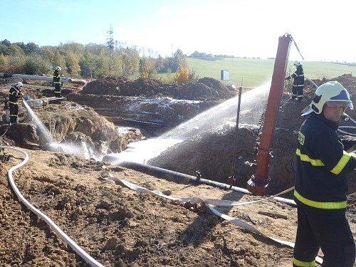 Dvě posádky záchranné služby a hasiči zasahovali u případu na hranici okresů Frýdek-Místek a Nový Jičín. Čtyři dělníci tam byli zraněni při vznícení plynu. Když hasiči přijížděli k požáru, plameny šlehaly z výkopu do výšky tří metrů.