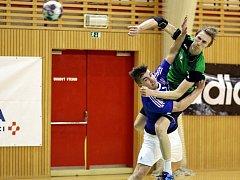 První derby v sezoně dopadlo lépe pro házenkáře Karviné (v zeleném).