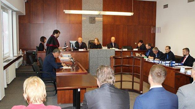 Osm obžalovaných bývalých radních ve Frýdku-Místku stanulo před soudem. Případ se týká prodeje pozemků v Horní ulici.