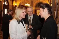 Kateřina Čečotková (vlevo) hovoří s Marií Hakenovou-Ulrichovou po skončení matiné v Národním divadle v Praze.