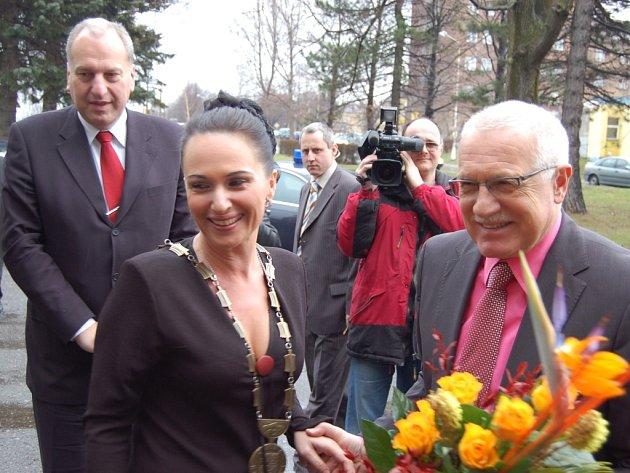 Starostka Třince Věra Palkovská na archivním snímku z roku 2007 s Václavem Klausem. Také ona prezidentův portrét v minulých dnech ze své kanceláře odstranila. Zdůvodnila to rozsahem prezidentské amnestie.