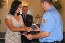 Starostka Třince Věra Palkovská v pátek přijala dva městské strážníky, aby je ocenila za záchranu lidského života.