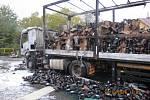 Požár zničil kamion naložený saponáty.
