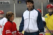 Jaromír Jágr při své poslední návštěvě Třince s mladými hokejisty HC Oceláři Třinec.