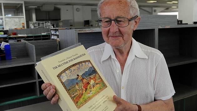 MOJMÍR HOREČKA, autor rozsáhlého slovníku s názvem Tak mluvíme pod Radhoštěm, v redakci Deníku..