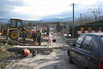 Výstavba rychlostní silnice R 48 stále pokračuje. Obyvatelům přilehlých oblastí však způsobuje nemalé problémy.