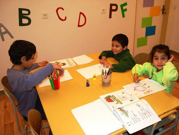 Doučovací místnost v prostorách ubytovny v Sokolské ulici ve Frýdku-Místku má zvýšit přípravu do školy u dětí z této lokality.