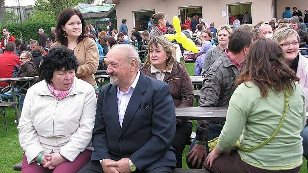 Akce Bystřický máj 2011 přilákala v sobotu obyvatele celého Třinecka. Na školním náměstí zahrála dechovka, vystoupila patnáctiletá zpěvačka Tereza Mašková a představila se kapela Smokie revival se svými hosty.