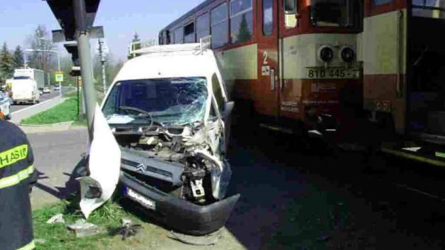 Srážka motoráku s dodávkou Citroen si naštěstí vyžádala jen lehké zranění posádky dodávky.