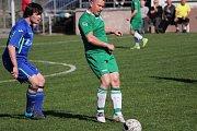 Dobratičtí fotbalisté (v modrých dresech) nadějné dvoubrankové vedení v Datyni nakonec neudrželi. Gól na 2:2 inkasovali v nastaveném čase.