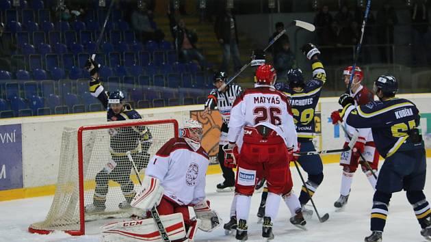 Hokejisté Ústí nad Labem (v tmavém) přerušili svou sérii porážek. Zdolali na domácím ledě Frýdek-Místek 5:4.