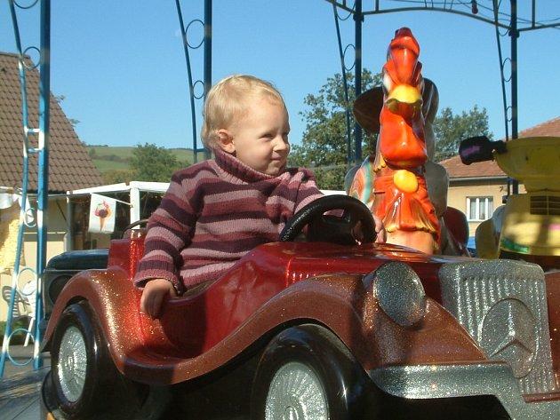 MALÁ MOTORISTKA. Dvouletá Miroslava Káňová z Kozlovic si jízdu v autíčku na dětském kolotoči užívala.