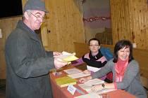 """Pětistý volič v okrsku číslo tři v Mostech u Jablunkova mával před komisí volebními lístky s dotazem, koho má volit. V sále zazněla pohotová odpověď, že """"toho nejlepšího""""."""