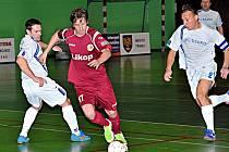 Třinecký Lukáš Mendrok (u míče) uniká dvěma brněnským hráčům Nedezníkovi a Noskovi.