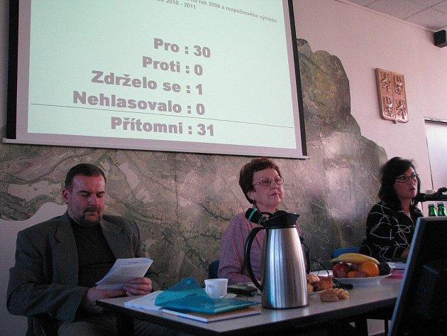 Vedení Třince. Zleva Ivo Kantor, Milada Hejmejová a Věra Palkovská. Všichni dřív působili jako učitelé. Na snímku není nový místostarosta Ivo Kaleta, i on je pedagog.