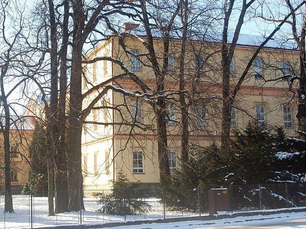 Důchodci obývají tuto budovu ve Frýdlantu nad Ostravicí.