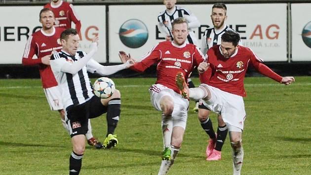 Fotbalisté Třince (červené dresy) vstoupili do jarních odvet druholigové soutěže porážkou v Českých Budějovicích.