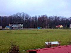 Smutný pohled se po řádění vandala naskytl na fotbalové hřiště v Dobré.