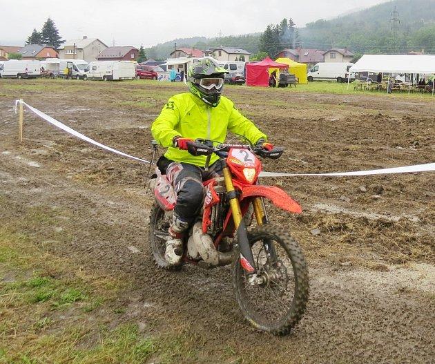 Endurový závod O pohár Lysé hory se jel již podvanácté. Na start se postavilo v deštivém počasí 134 jezdců.