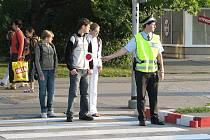 Nový školní rok přinesl tradičně zvýšenou pohotovost policistů na přechodech. Jeden ze strážníků v úterý dohlédl na školáky, kteří přecházeli frekventovanou silnici na ulici 8. pěšího pluku v Místku.