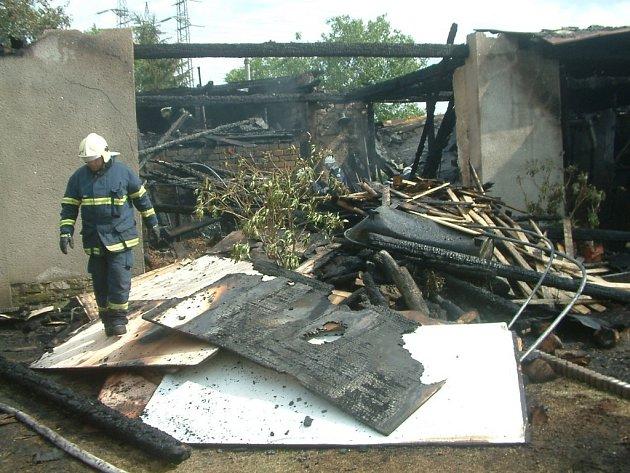 Vyhořelá stodola.