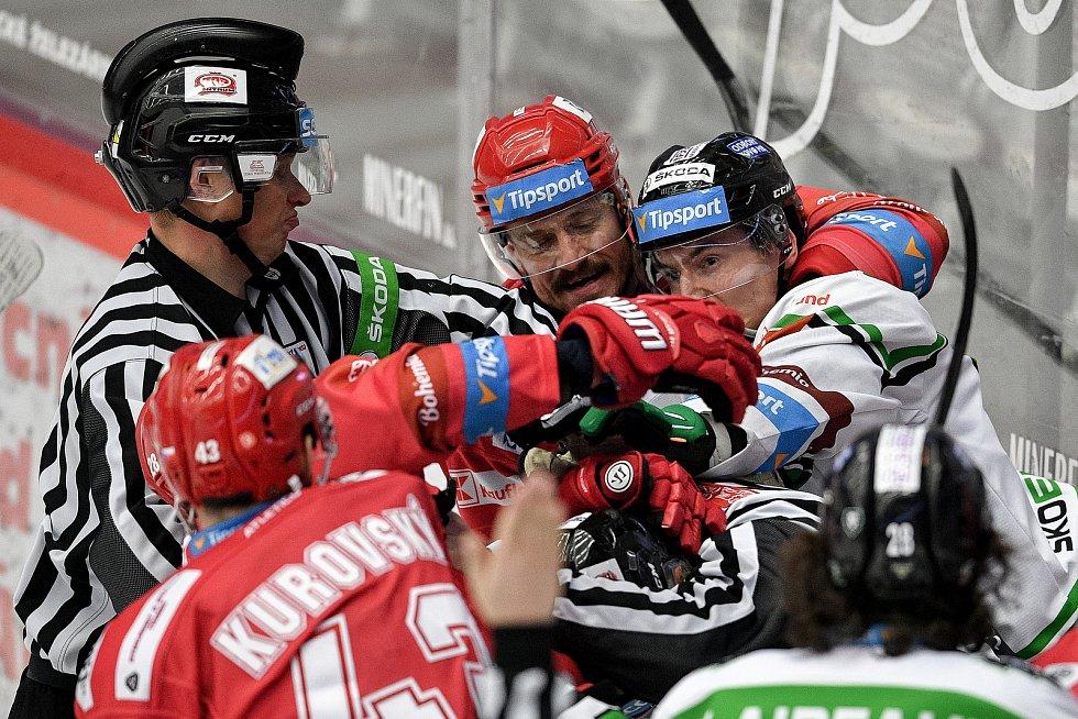 Semifinále play off hokejové Tipsport extraligy - 5. zápas: HC Oceláři Třinec - BK Mladá Boleslav, 11. dubna 2021 v Třinci. Šarvátka.