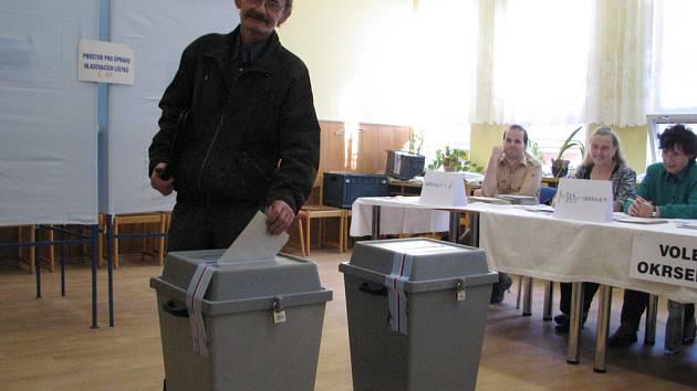 K volbám do krajského zastupitelstva se rozhodl přijít i tento muž. K urnám v Komerčním centru na ulici 8. pěšího pluku v Místku přispěchal mezi prvními.