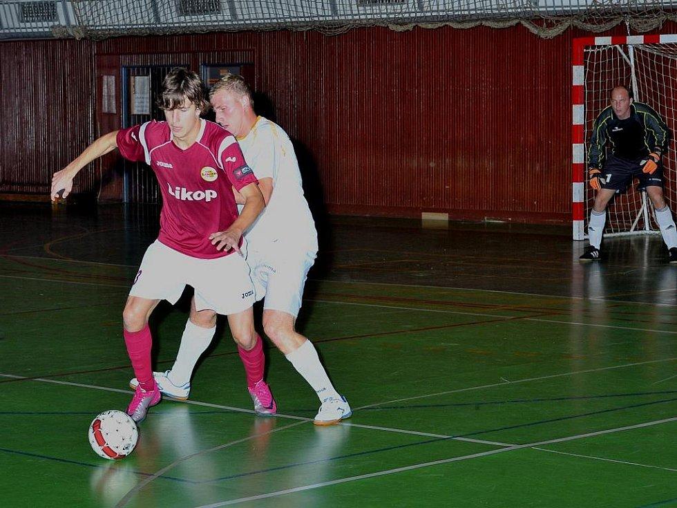 Třinečtí futsalisté v 1.kole druhé ligy porazili Jeseník 7:5. Na snímku domácího Lukáše Barona atakuje Vojtek.