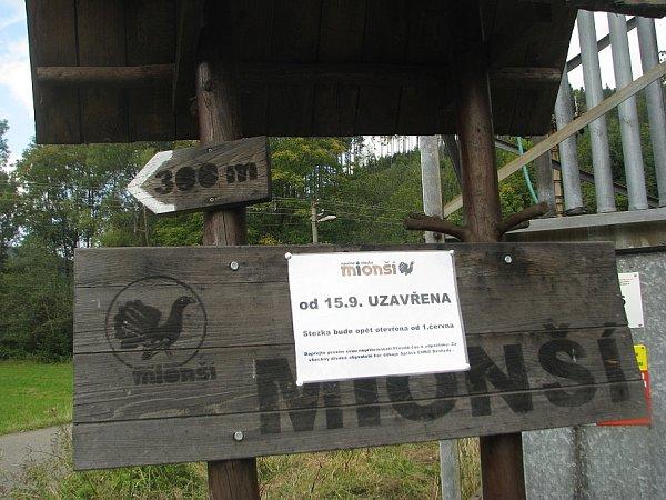 Naučná stezka Mionší je přístupná vždy od června do poloviny září, jak potvrzuje tento poutač nedaleko nástupního místa vDolní Lomné.