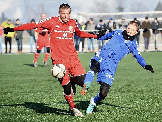 Třinečtí fotbalisté (v červeném) si v přípravě poradili s Baníkem Ostrava 1:0.