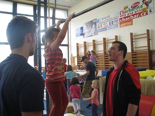 Předškoláci si v úterý zacvičili v gymnastické tělocvičně STaRS, dohlíželi na ně třinečtí a vítkovičtí hokejisté.