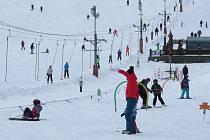 Příjemné počasí s teplotami okolo nuly a slunečními paprsky vylákalo návštěvníky do ski areálů v Beskydech. Zájem byl také o sjezdovku na Opálené ve Pstruží.