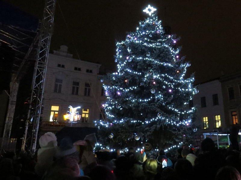 Na náměstí Svobody ve Frýdku-Místku od pátečního večera svítí vánoční strom. Spolu s ním se rozzářila také vánoční výzdoba po celém městě.