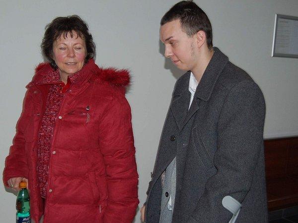 Jana Kudriho doprovázela ksoudu jeho maminka.