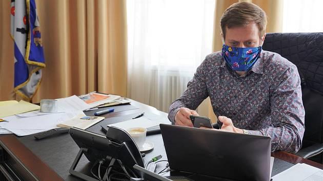 Primátor Michal Pobucký vyzývá veřejnost k nošení roušek.