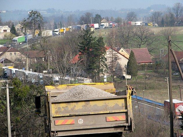 Oprava silnice I/11 v Třinci-Neborech, středa 17. dubna 2013.