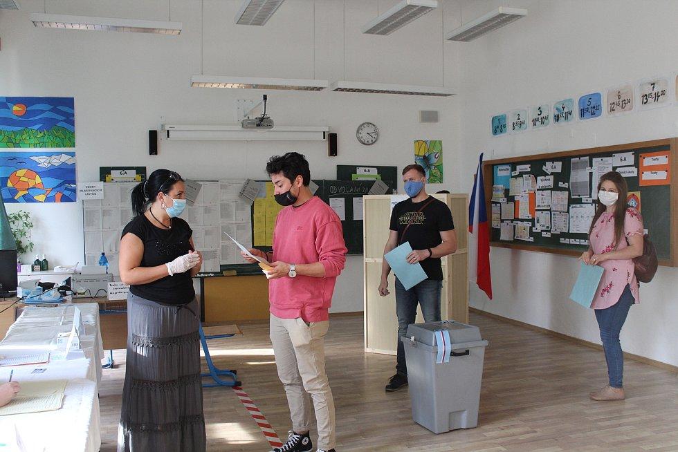 Volby 2020 ve Frýdku-Místku. Mirai Navrátil volil na ZŠ Petra Bezruče.