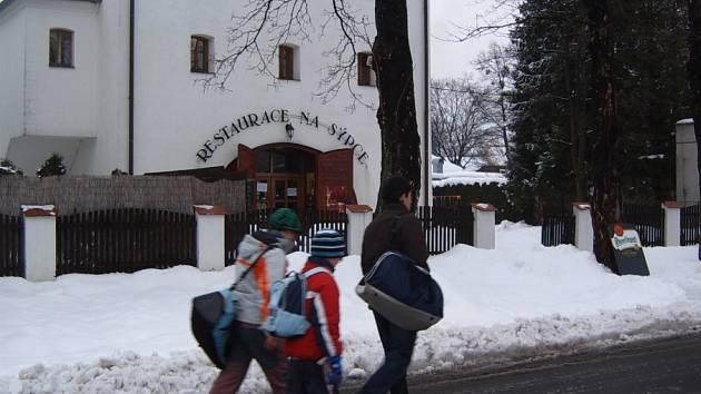 Lidé procházejí kolem restaurace Na sýpce v Dobré.