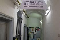 Vchod do FM Reality je zavřený. Podle lidí, kteří v domě pracují, se zde Roman Červík dlouho neukázal. Na mřížích byl vyměněn zámek, protože makléř za prostory údajně od léta neplatí nájemné.