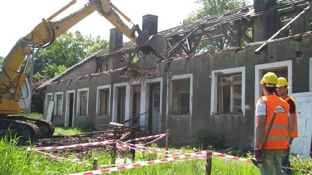 V třinecké lokalitě Folvark začala demolice jedenácti prázdných domů, které patří společnosti CPI Byty.