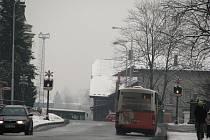 Také na tomto přejezdu ve Frýdku budou řidiči vídávat nové vlaky.