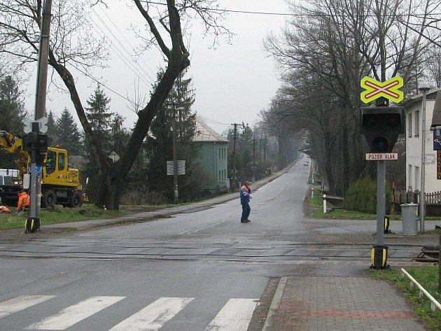 Železniční přejezd na hlavním tahu ve Stříteži.