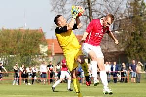 Na snímku gólman Kroměříže Zdeněk Kofroň (vlevo) si ve vzdušném souboji poradil i s Markem Davidem.
