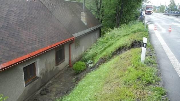 Sesuv deštěm promáčeného svahu v délce přibližně tří metrů, který způsobil omezení dopravy na silnici I/11 u Vendryně poblíž mostu přes Olši.