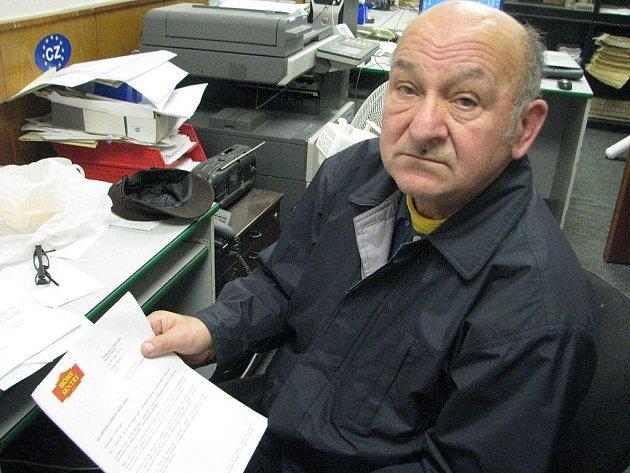 Vladislav Marák si právě prohlíží kupní smlouvu firmy Home Sentry, od které si koupil protipožární hlásiče, kvůli níž se dostal do problémů.