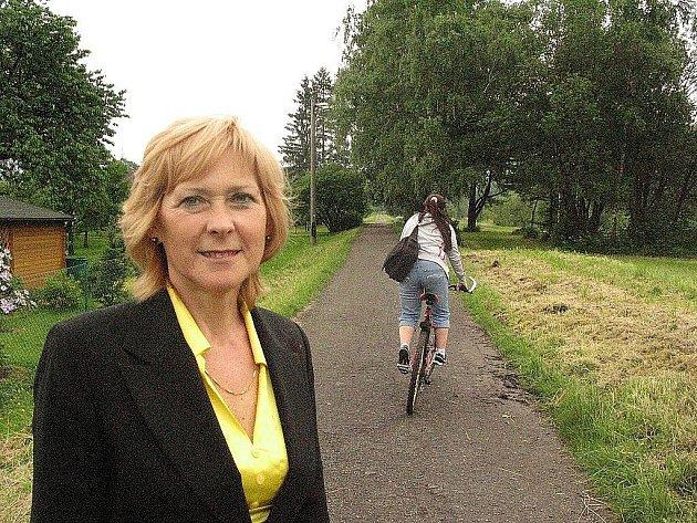 Starostka Frýdlantu nad Ostravicí Helena Pešatová na trase budoucí Beskydské cyklostezky v Nové Vsi.