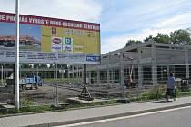 Na staveništi panuje čilý ruch. První zákazníci si budou moci v Parádě nakoupit již koncem roku.